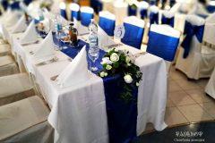 Сватбена украса в кралско синьо и бяло