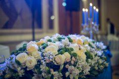 One-Love-Сватбена-украса-в-кралско-синьо-и-айвъри-цветя