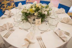Сватбена украса в кралско синьо и айвъри