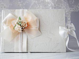 Книга за пожелания Дивна - праскова Цена - 25,00 лв. Декорирана със сатен, органза и рози. Размер - 21x14 см., 40 писта.