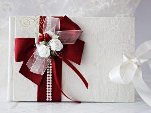 Книга за пожелания Букет - бордо Цена - 25 лв. Декорирана със сатен, рози и перли. Размер - 21x14 см., 40 писта.