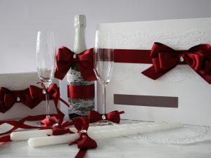 Комплект аксесоари Дивна - бордо Цена - 108.00 лв. Комплекта включва - Кутия зя пожелания, книга за пожелания, украса за чаши, шампанско, ритуални свещи с украса