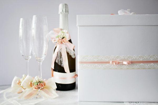 Комплект аксесоари Нежност Цена - 58.00 лв. Комплекта включва - Кутия зя пожелания, украса за чаши, шампанско.