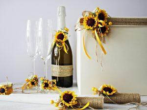Комплект аксесоари Слънчоглед Цена - 85 лв. Комплекта включва - Кутия зя пожелания, украса за чаши, шампанско, ритуални свещи с украса