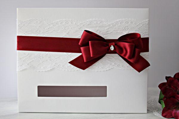 Кутия за пожелания Айвъри - Бордо Цена - 30.00 лв. Изработена от бял перлен картон, декорирана с дантела и сатенена панделка. Размер - 35x28x14 см.