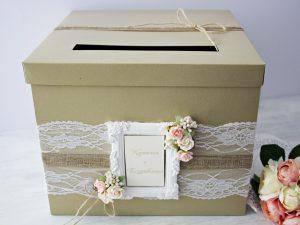 Кутия за пожелания Рустик. Изработена от перлен картон, декорирана с дантела, зебло и рози. Размер -30 x30x18см.