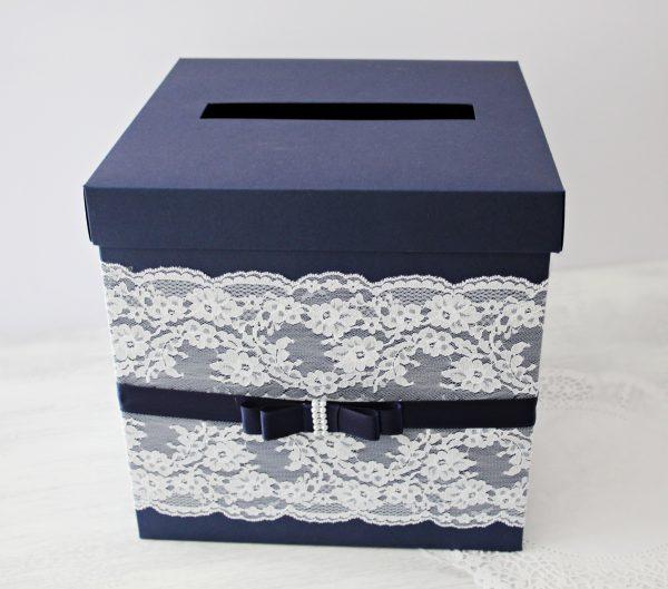 Кутия за пожелания Стил Цена - 30.00 лв. Изработена от перлен картон, декорирана с дантела и сатенена панделка. Размер - 24,5x24,5x25 см.