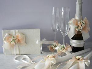 Комплект аксесоари Дивна Цена - 110 лв. Комплекта включва - Кутия зя пожелания,книга за пожелания, украса за чаши, шампанско, ритуални свещи с украса