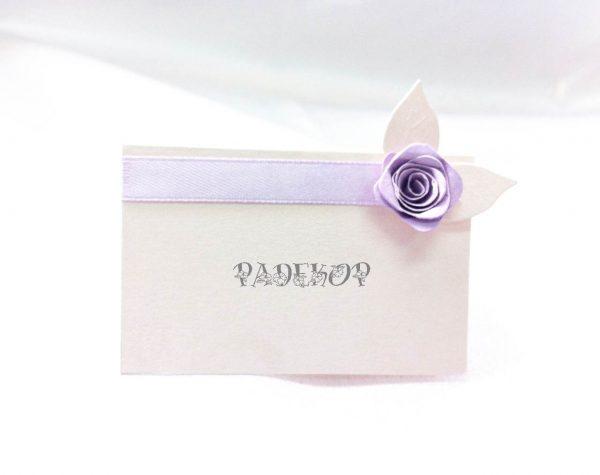 Картичка за име Роуз. Картичката е с пирамидална форма и е добро решение за обозначение на мястото на всеки гост.