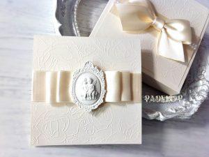 Покана Муза- екрю. Покана за кръстници Покана Муза е елегантна покана за кръщене, допълнена с кутия за завършен и по специален изглед. Много подходяща да бъде поднесена, като специална покана за кръстници.