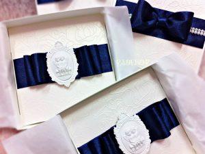 Покана Муза- тъмно синьо Покана за кръстници Покана Муза е елегантна покана за кръщене, допълнена с кутия за завършен и по специален изглед. Много подходяща да бъде поднесена, като специална покана за кръстници.