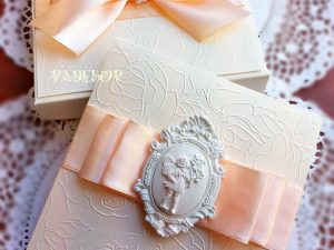 Покана Муза Покана за кръстници Покана Муза е елегантна покана за кръщене, допълнена с кутия за завършен и по специален изглед. Много подходяща да бъде поднесена, като специална покана за кръстници.