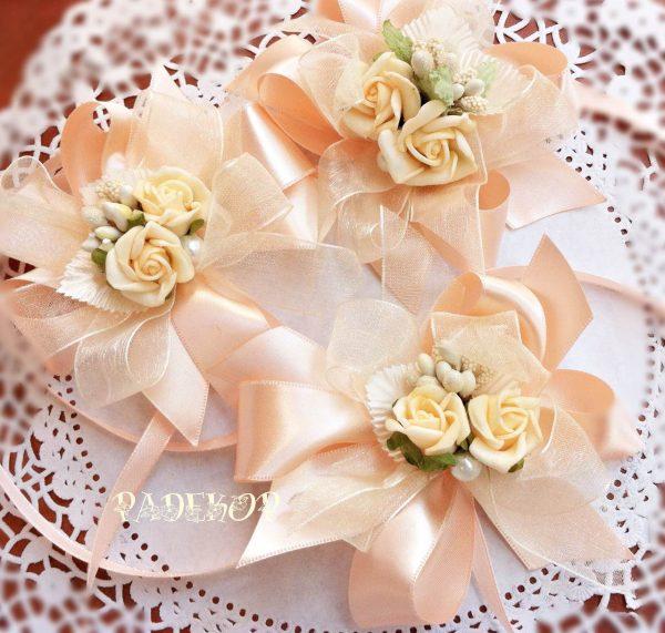 Гривна за шаферки - Букет Гривна за ръка, за кумата, за шаферките и други близки приятелки Декорацията е оформена в панделка от сатен, комбинирана с органза и акцентирана с малък букет от рози.