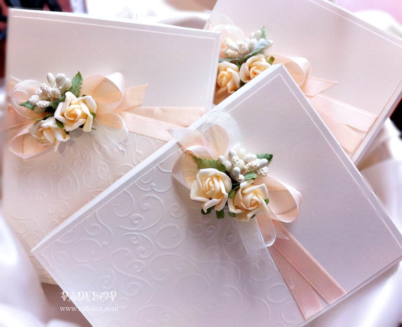 Покана Букет Сватбена покана,специална покана за кумове и родители. Поканата е допълнена с кутия за по-специален изглед и е изработена от луксозен перлен картон в цвят айвъри.