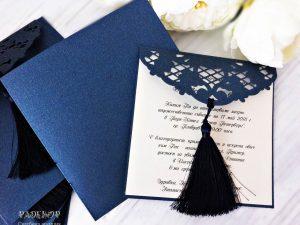 Покана Вива Луксозна покана, включваща плик от плътен тъмно син картон. Цветната вложка, на която се отпечатва текста е подвижна