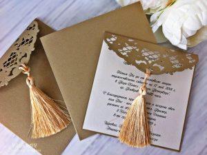 Покана Вива Луксозна покана, включваща плик от плътен картон, в цвят старо злато. Цветната вложка, на която се отпечатва текста е подвижна, изработена от същия картон и завършена с красиво изрязан дантелен елемент.