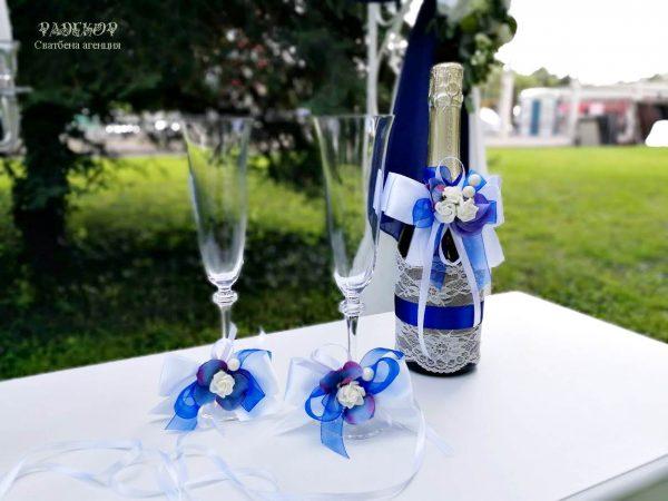 """Сватбено шампанско и декорация за чаши """"Лазур"""" Декорирано сватбено шампанско и украса за чаши. Елегантно съчетание на дантела и сатен в цветова комбинация от бяло и кралско синьо."""