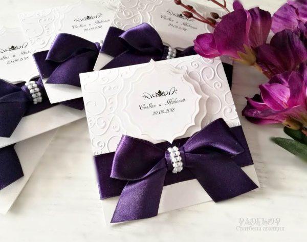 Покана Айвъри е елегантна сватбена покана, луксозна комбинация от перлен бял картон и сатенена панделка.