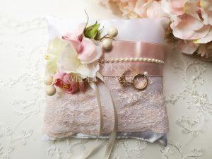 Възглавничка за халки Блъш Възглавничка за поставяне на брачни халки.