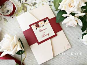 Сватбени покани Гардения - бордо. Луксозна покана тип папка с принт от акварелни цветя.