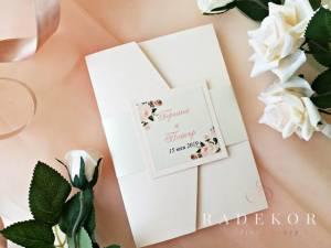 Сватбени покани Гардения. Луксозна покана тип папка в цвят пудра с принт от акварелни цветя.