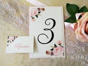 Номера за маса Гардения Картички отбелязваща номера на всяка маса. Акцент в картичките е принт с акварелни цветя в нежни нюанси на цвят пудра и прасковено.