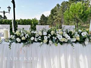 Украса на младоженска маса в бяло с естествени цветя