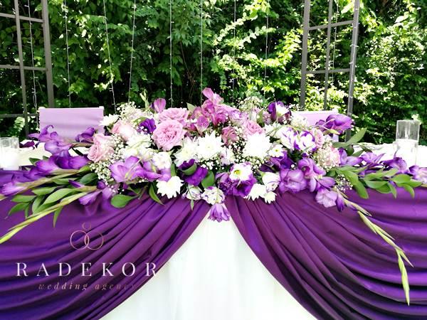 Украса за сватбена маса с естествени цветя в лилаво