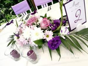 Цветни аранжировки за маси от естествени цветя в лилаво