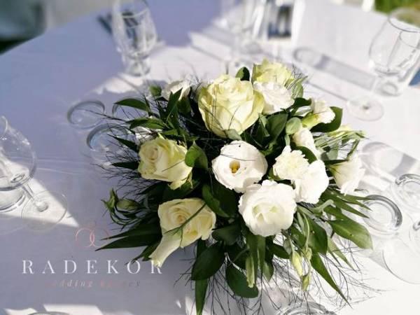 Цветни аранжировки за маси от естествени цветя в бяло и екрю
