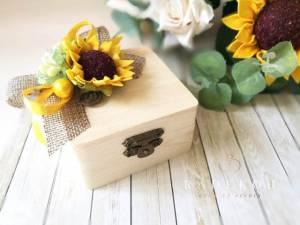 Кутийка за халки Слънчоглед Дървена мини кутийка за поставяне на брачни халки.